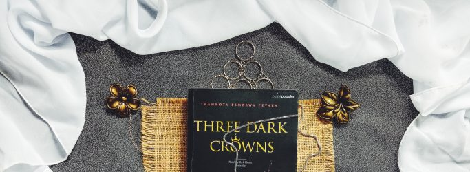 Review Novel Three Dark Crowns Karya Kendare Blake