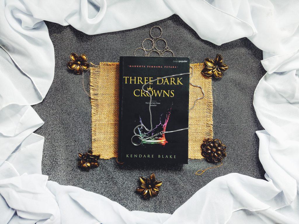 Review Novel Three Dark Crowns Karya Kendare Blake